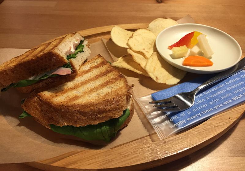 生ハムとフェタチーズのサンドイッチ