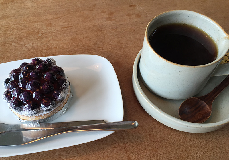 nidケーキとコーヒー